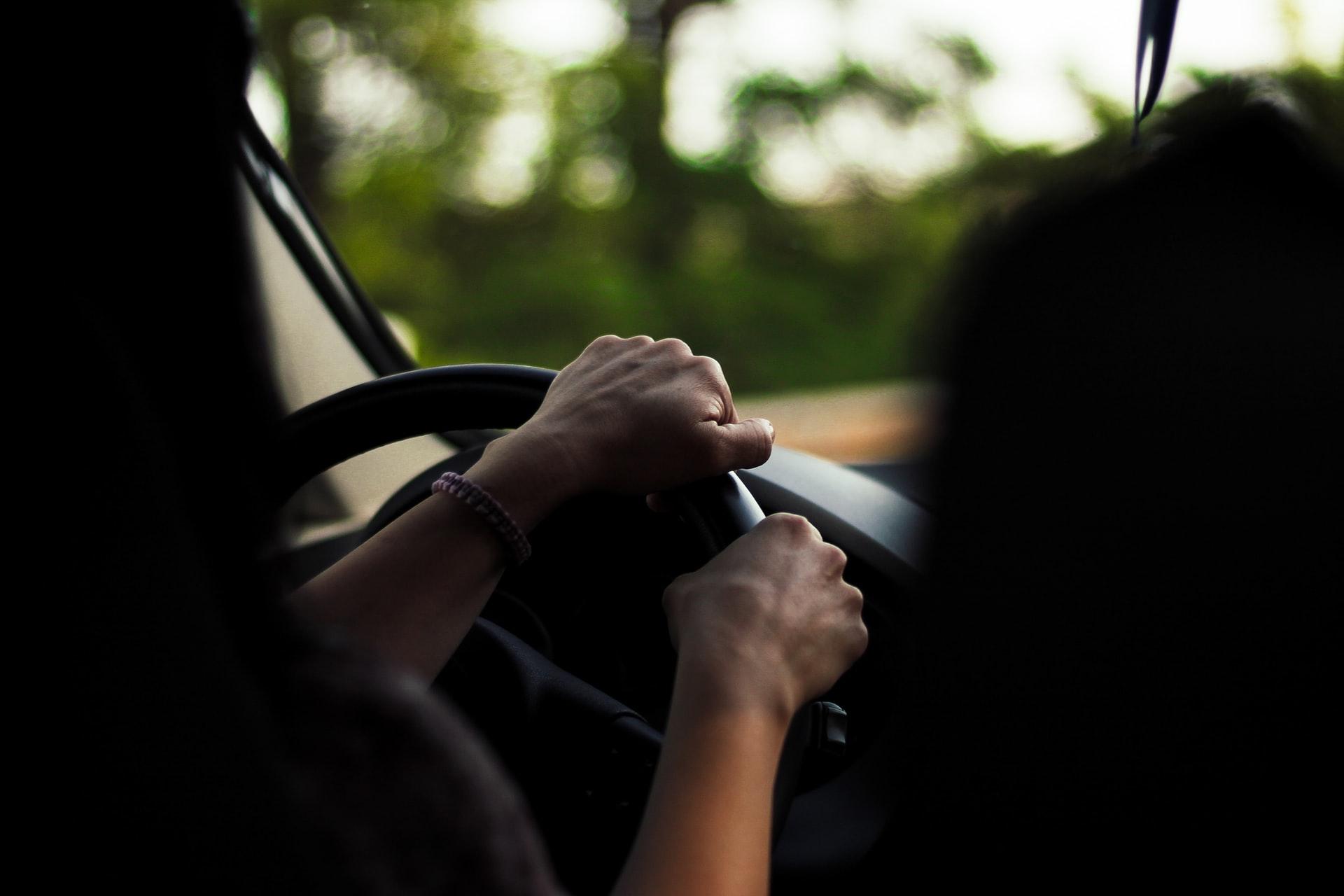 Kuljettajan käsi ratilla