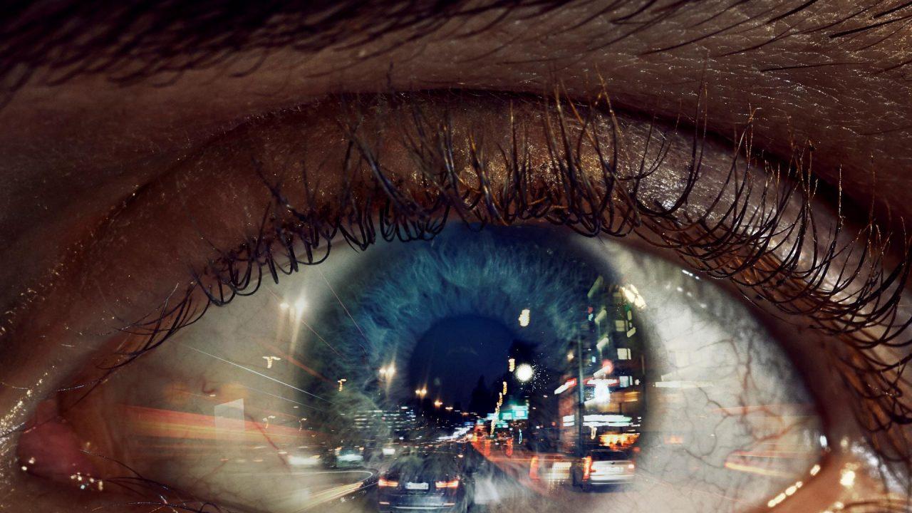 Lähikuva silmästä, joka näkee yhtäaikaisesti monta tapahtumaa