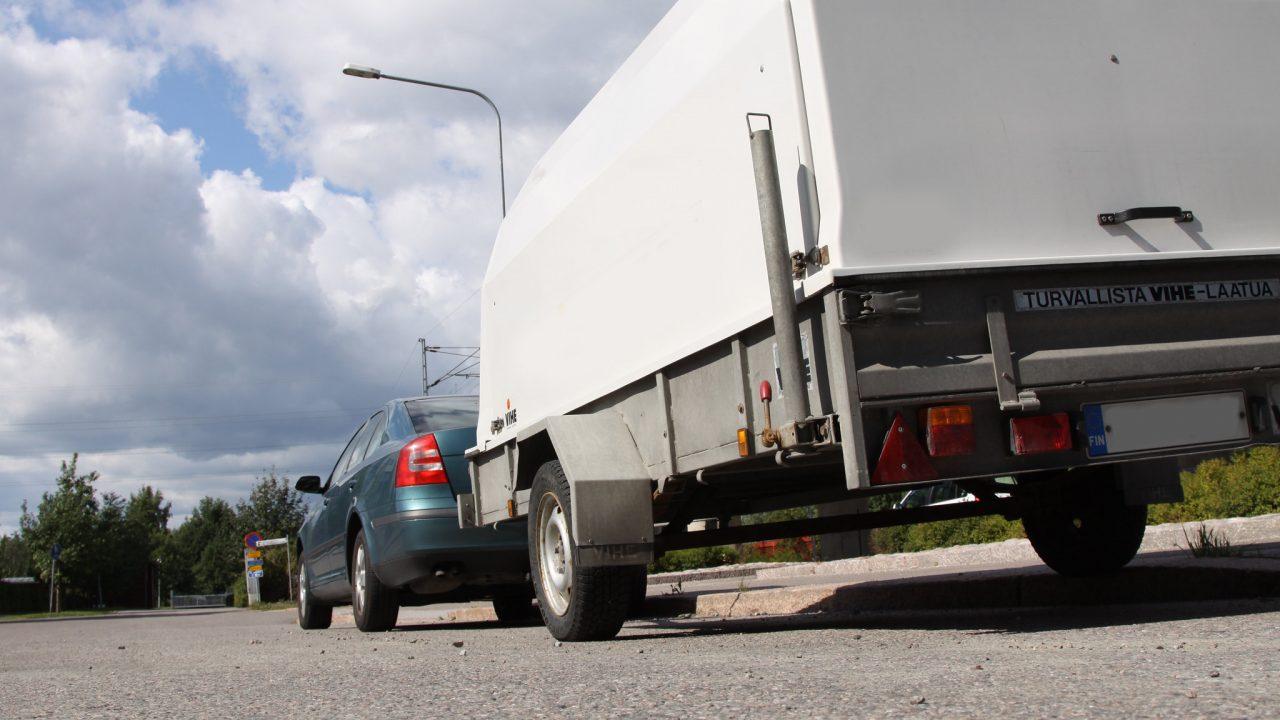 Tavarat ja matkustajat on sijoitettava henkilöautoon niin, etteivät ne häiritse kuljettajan havainnointia tai ajamista.