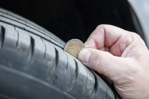 Auton renkaiden urasyvyys on helppo mitata 2 euron kolikolla. Kolikon uloimman osan upotessa uraan kokonaisuudessaan, ovat renkaat urasyvyydeltään vielä hyväkuntoiset.