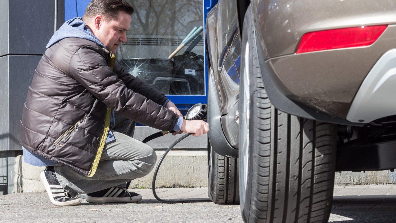 Tarkista renkaiden kunto ja ilmanpaine tasaisin väliajoin