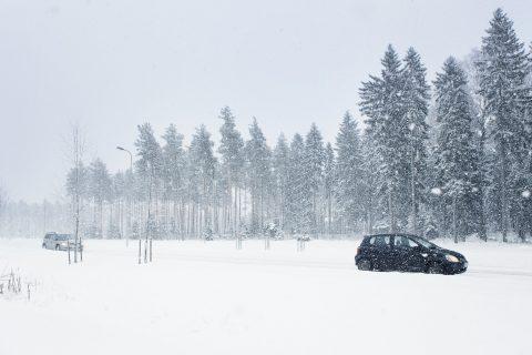 Lumipyry vaikeuttaa näkyvyyttä ja huonontaa ajokeliä