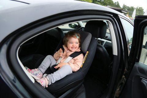 Lapsi matkustaa turvallisimmin turvaistuimessa selkä menosuuntaan