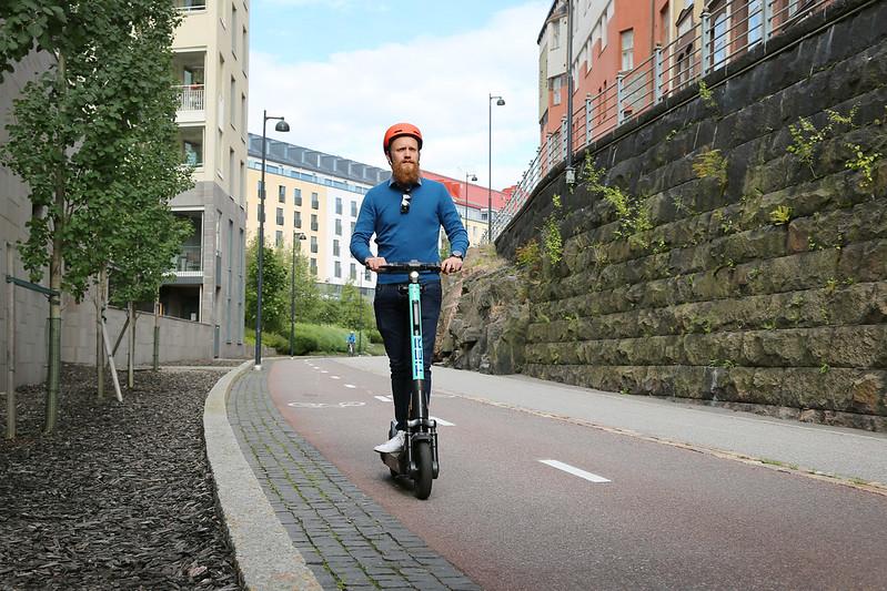 Sähköpotkulautailija noudattaa liikenteessä pyöräiliijän liikennesääntöjä