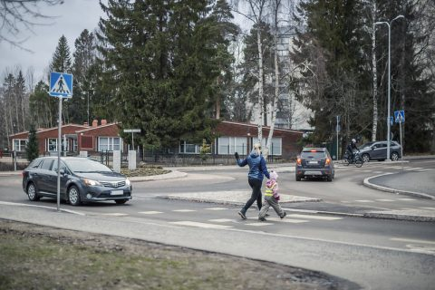 Liikenneympyrästä poistuessa autoilija välistää jalankulkijoita ja pyöräilijöitä
