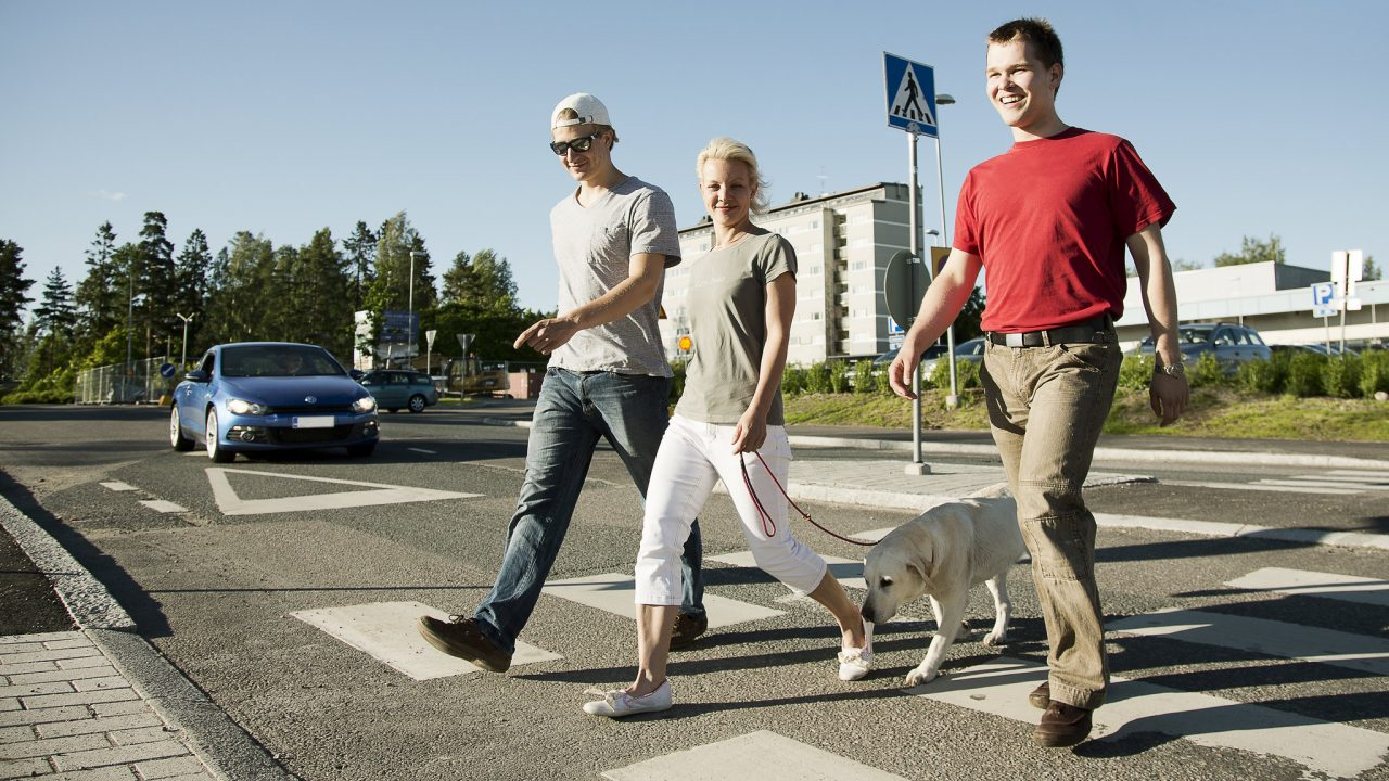 jalankulkijoita suojatiellä