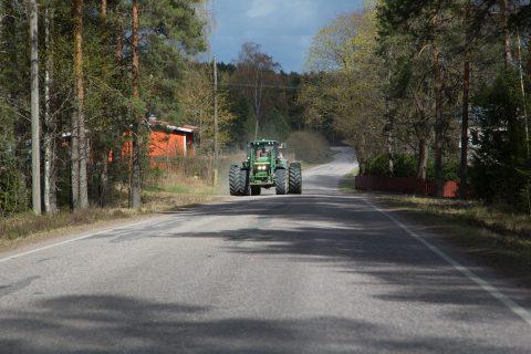Traktori maantiellä