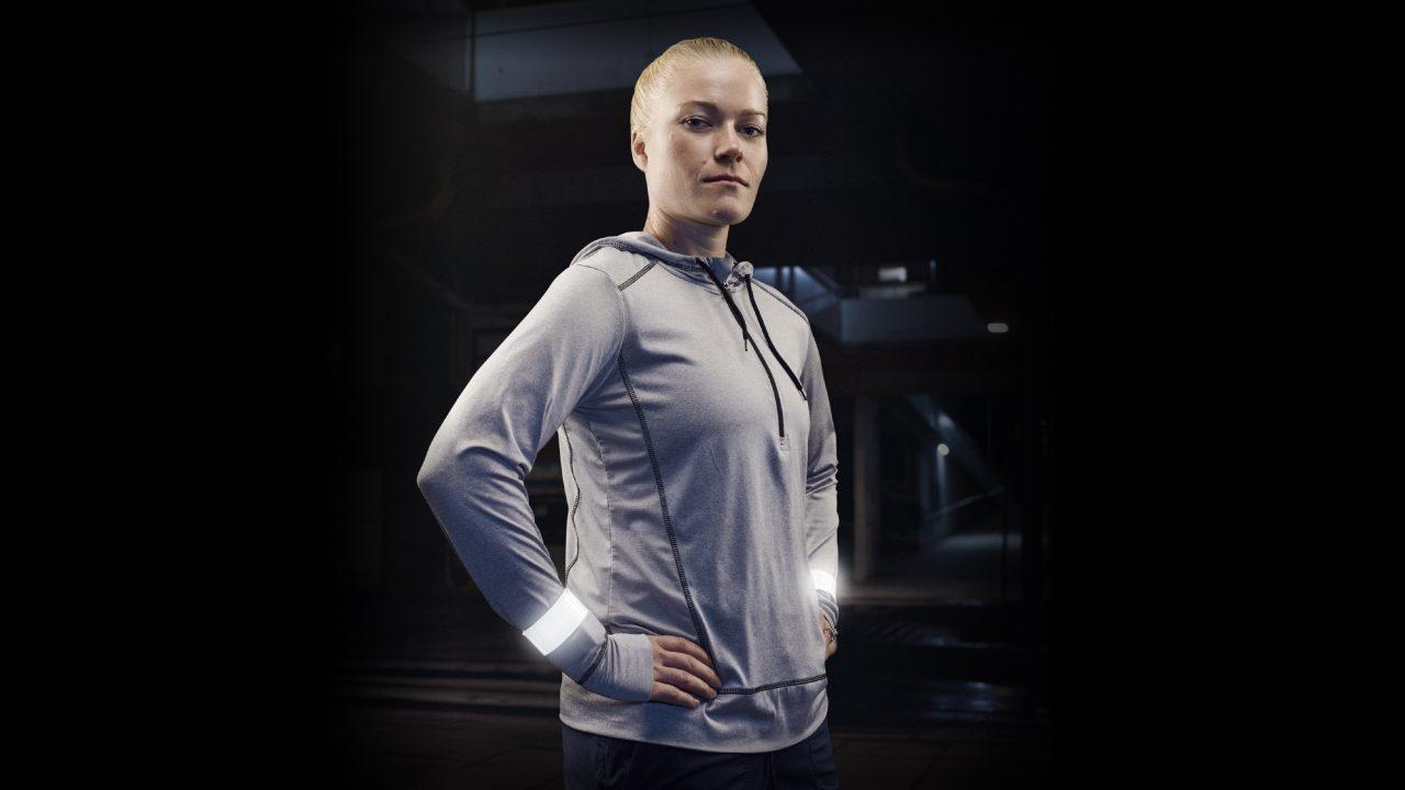 Jääkiekkoilija Noora Räty heijastinkampanjan kuvassa.
