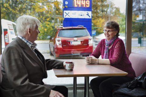 Ikääntyneet autoilijat kahvitauolla