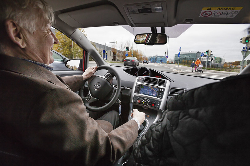 Iäkäs henkilö auton ratissa