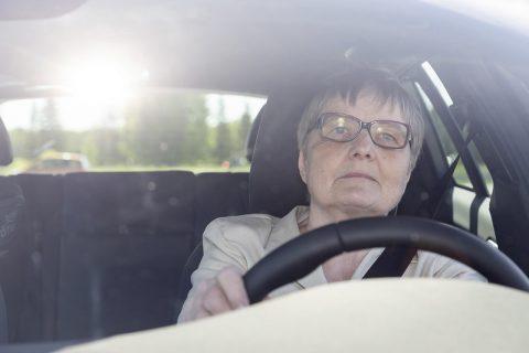 Ikääntynyt kuljettaja auton ratissa