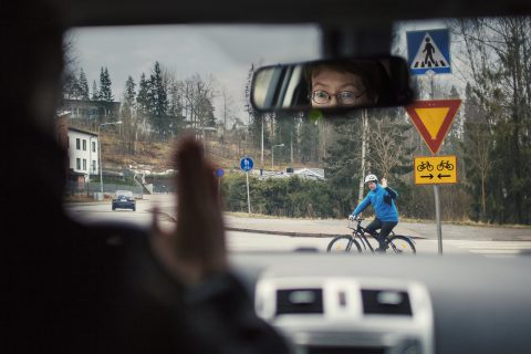 Pyöräilijä ylittää tien, autoilija tulee kolmion takaa. Kuva: Nina Mönkkönen/Liikenneturva
