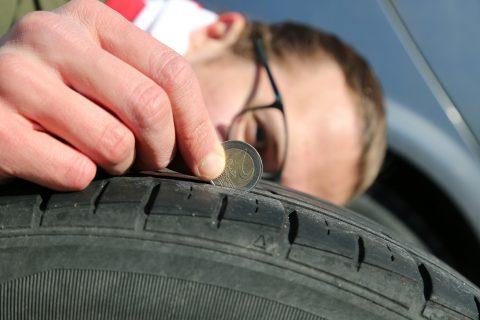 Rengasratsiaa ennen voi ratsata omat renkaansa. Kahden euron kolikolla voi tarkistaa renkaiden turvallisen urasyvyyden.