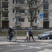 Autoilija poistuu liikenneympyrästä ja antaa tietä jalankulkijoille ja pyöräilijälle.