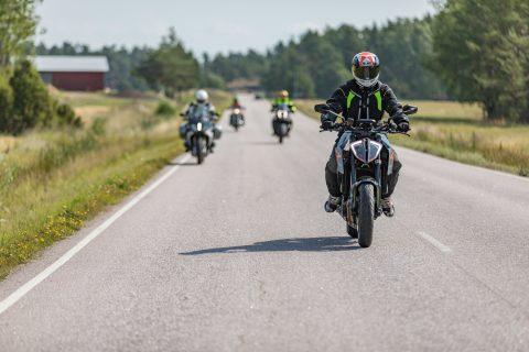 Moottoripyöräilijöitä maantiellä