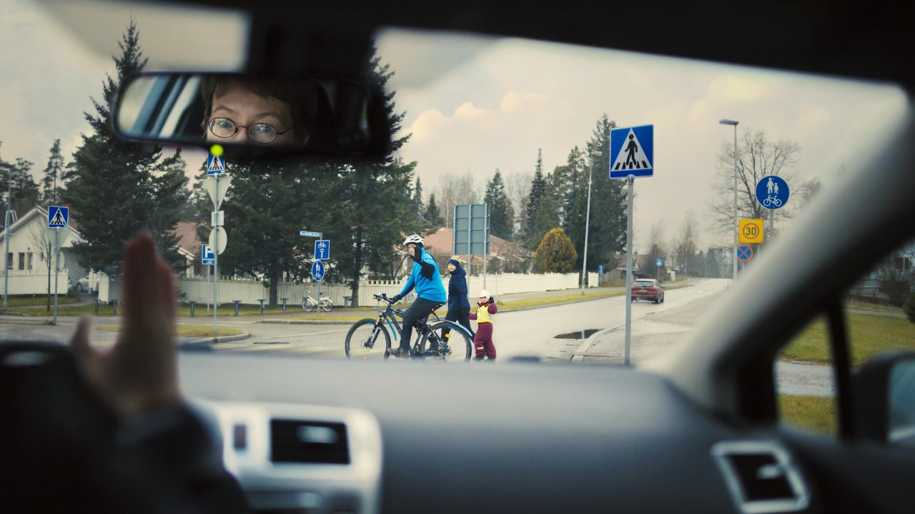Autoilija antaa tietä oikein jalankulkijoille sekä pyöräilijälle poistuessaan liikenneympyrästä 30 km/h alueella.